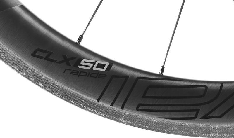 a19e121a204 Le résultat est plutôt réussi avec une paire de roues carbone à pneus  (compatible tubeless) et freins traditionnels à seulement 1375g quand la  version ...