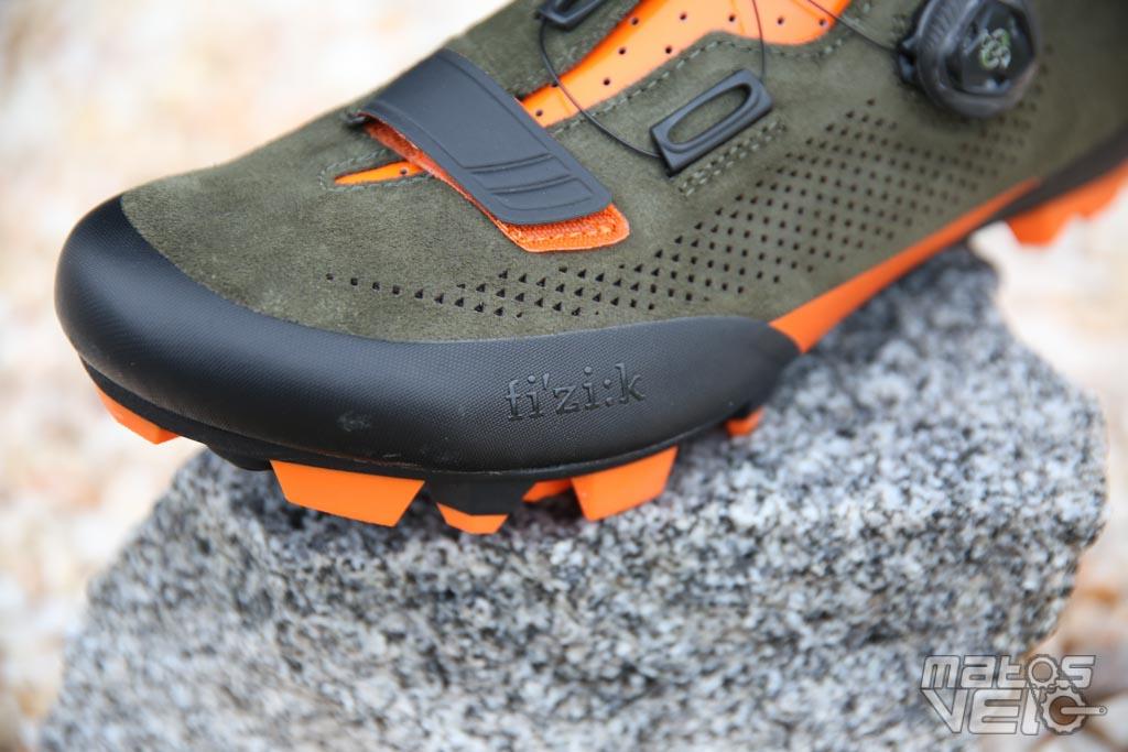 902eea3837ed Sur le bout du pied, au niveau du talon mais aussi sur les parties basses à  l'intérieur et l'extérieur du pied, on trouve des renforts en TPU, ...