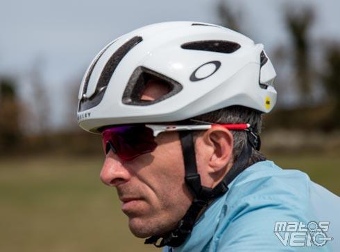C est lors du dernier Eurobike que Oakley a présenté une ligne de casques  vélo route. Le spécialiste des lunettes élargit donc sa gamme d accessoires  pour ... d58c96633284